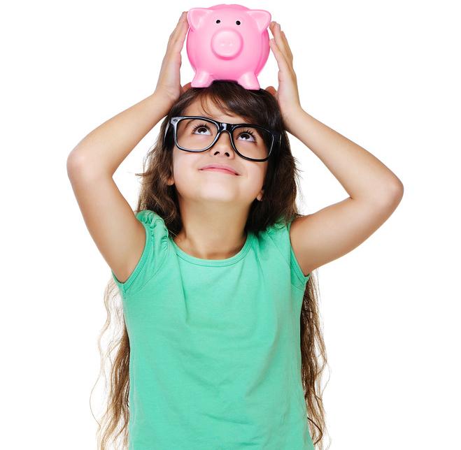Mädchen betrachtet ihr Sparschwein